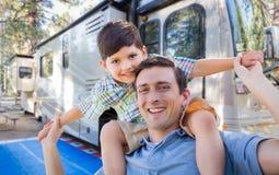 Lycklig ung Caucasian fader och son framme av deras RV Arkivbilder