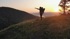 Lycklig ung fader som visar hans ungt barnanseende i ett härligt landskap Fotvandrare med hans son överst av berget lager videofilmer