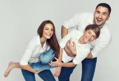 Lycklig ung familj Fotografering för Bildbyråer