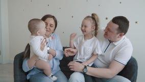 Lycklig ung familj hemma lager videofilmer