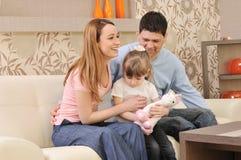 Lycklig ung familj hemma arkivbilder