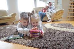 Lycklig ung familj hemma fotografering för bildbyråer