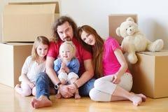 Lycklig ung familj i deras nya hem Arkivfoton