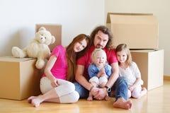 Lycklig ung familj i deras nya hem Arkivbilder