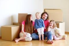 Lycklig ung familj i deras nya hem Arkivfoto