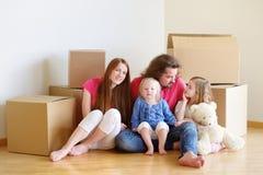 Lycklig ung familj i deras nya hem Royaltyfria Foton