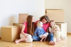 Lycklig ung familj i deras nya hem Royaltyfri Bild