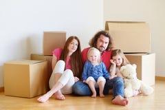 Lycklig ung familj i deras nya hem Arkivbild