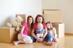 Lycklig ung familj i deras nya hem Royaltyfri Foto
