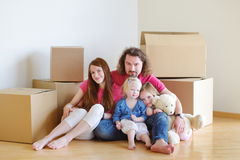 Lycklig ung familj i deras nya hem Royaltyfria Bilder