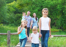 Lycklig ung familj med fyra barn fotografering för bildbyråer