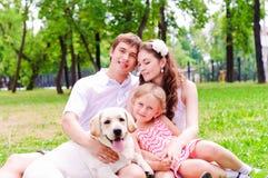 Lycklig ung familj med Labrador royaltyfri bild