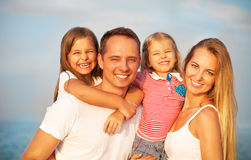 Lycklig ung familj med två barn utomhus Sommartid Arkivbild