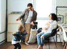Lycklig ung familj som skrattar och dansar royaltyfria bilder