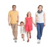 Lycklig ung familj som tillsammans går arkivbilder