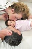 Lycklig ung familjstående Royaltyfri Foto
