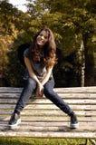 Lycklig ung flicka i parkera Arkivbild