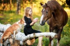 Lycklig ung flicka med dina favorit- husdjur royaltyfri foto