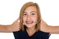 Lycklig ung flicka med huvudbonaden royaltyfri foto