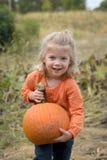 Lycklig ung flicka med pumpa i lapp Royaltyfri Bild