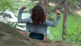 Lycklig ung flicka nära en grön sjö stock video