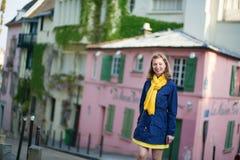 Lycklig ung flicka på en gata av Montmartre Arkivbilder