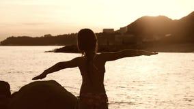 Lycklig ung flicka som tycker om frihet med öppna händer på havet Sätter på land öppna armar för bifallflickafotvandrare på solne stock video