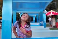 Lycklig ung flicka utomhus royaltyfria bilder