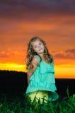 Lycklig ung flickarest på grönt fält Royaltyfri Foto