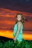 Lycklig ung flickarest på grönt fält Arkivbild