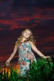 Lycklig ung flickarest på grönt fält Royaltyfri Bild