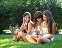 Lycklig ung flickastudy i en park Royaltyfria Bilder