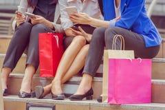 Lycklig ung grupp av kvinnor med shoppingpåsar, når att ha shoppat royaltyfri foto
