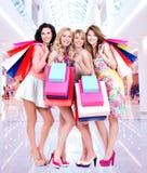 Lycklig ung grupp av kvinnor, når att ha shoppat i den stora gallerian Royaltyfri Foto