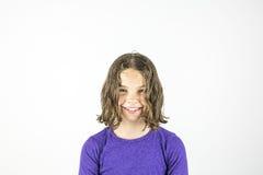 Lycklig ung gullig flickastudiostående arkivbild