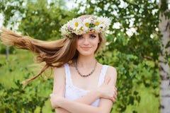 Lycklig ung härlig kvinna med blåa ögon arkivbilder