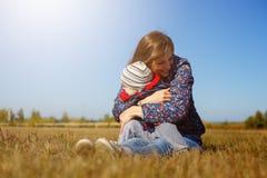 Lycklig ung härlig mather med behandla som ett barn på den utomhus- naturen arkivbild