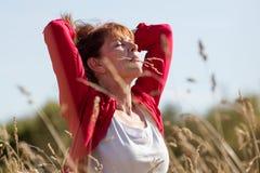 Lycklig ung hög kvinna i harmoni med naturen royaltyfri fotografi