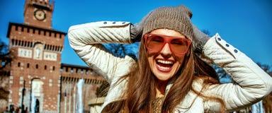 Lycklig ung handelsresandekvinna i Milan, Italien som har rolig tid arkivbild