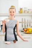 Lycklig ung hemmafru som dricker kaffe med muffin Royaltyfri Bild