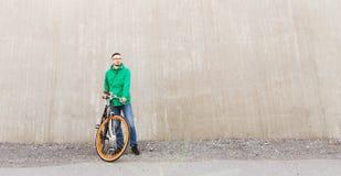 Lycklig ung hipsterman med den fasta kugghjulcykeln royaltyfri fotografi