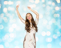Lycklig ung kvinna eller tonårig dans över blåa ljus arkivbild