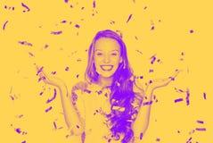 Lycklig ung kvinna eller tonårig flicka i maskeradkläder royaltyfri foto