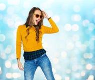 Lycklig ung kvinna eller tonårig flicka i tillfällig kläder Arkivfoto