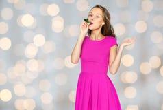 Lycklig ung kvinna eller tonårig flicka med partihornet Royaltyfri Fotografi