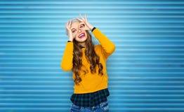 Lycklig ung kvinna eller tonårig flicka som har gyckel fotografering för bildbyråer