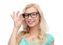 Lycklig ung kvinna eller tonårs- flicka i exponeringsglas royaltyfri fotografi
