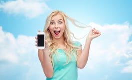 Lycklig ung kvinna eller tonårs- flicka med smartphonen Arkivbilder