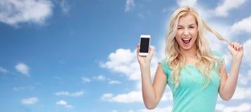 Lycklig ung kvinna eller tonårs- flicka med smartphonen Arkivfoto