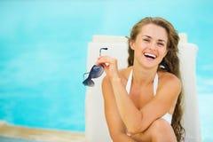 Lycklig ung kvinna i avslappnande poolside för baddräkt Fotografering för Bildbyråer